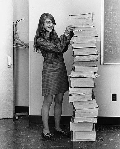 Hamilton con el código del software de navegación del Apolo impreso en doce libros.